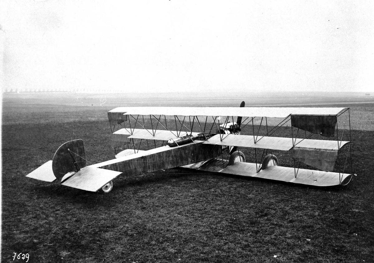 Ett fly på bakken, Astra triplane.