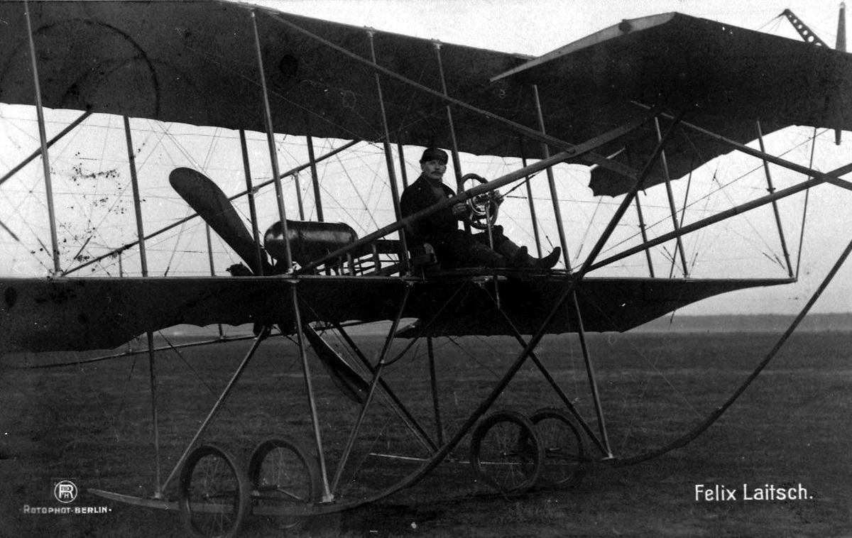 Ett fly på bakken, Aviatik. En person, mann, i cockpiten.