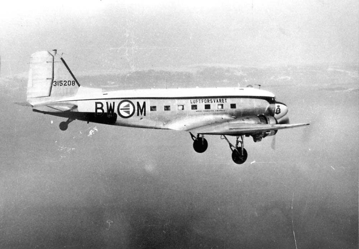 Luftfoto. Et fly i luften. Douglas DC-3 / C-47 Dakota.