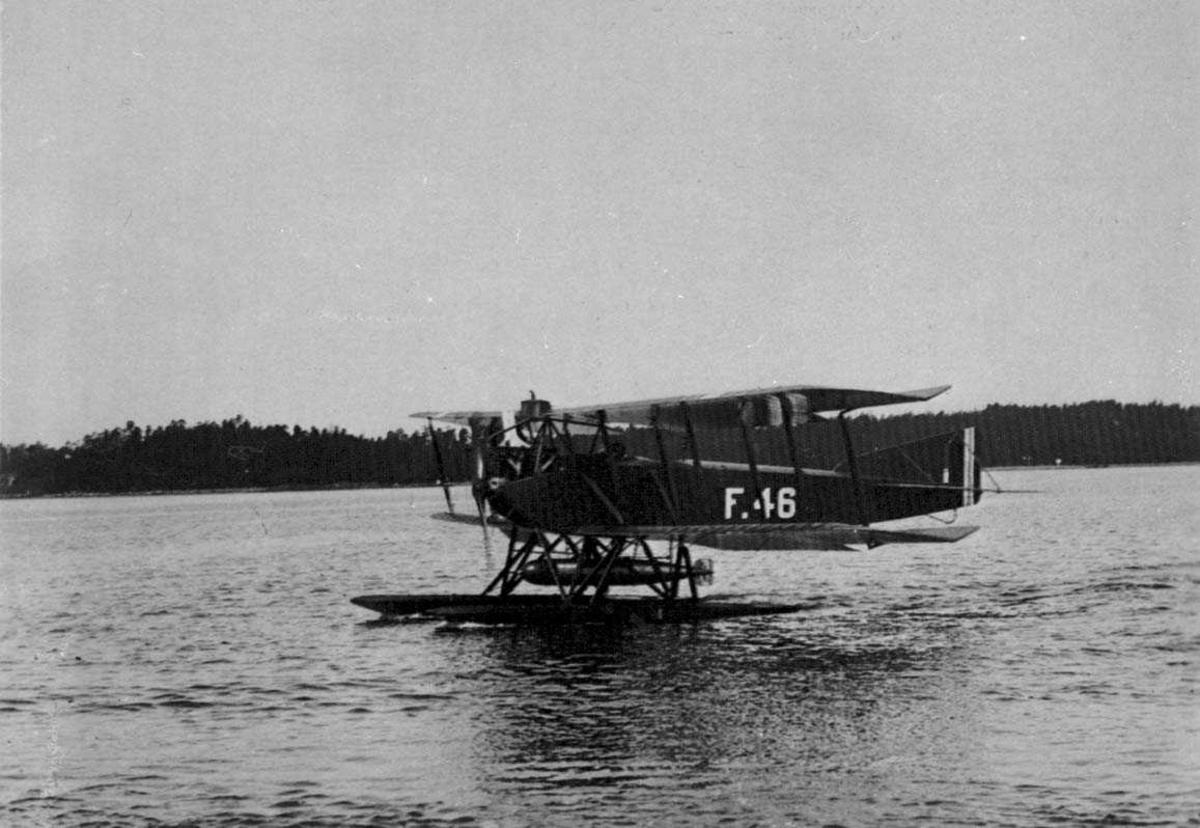 Lufthavn. Ett fly på vannet. Lübeck-Travemünde F4, F.46 fra Marinens flyvåpen.