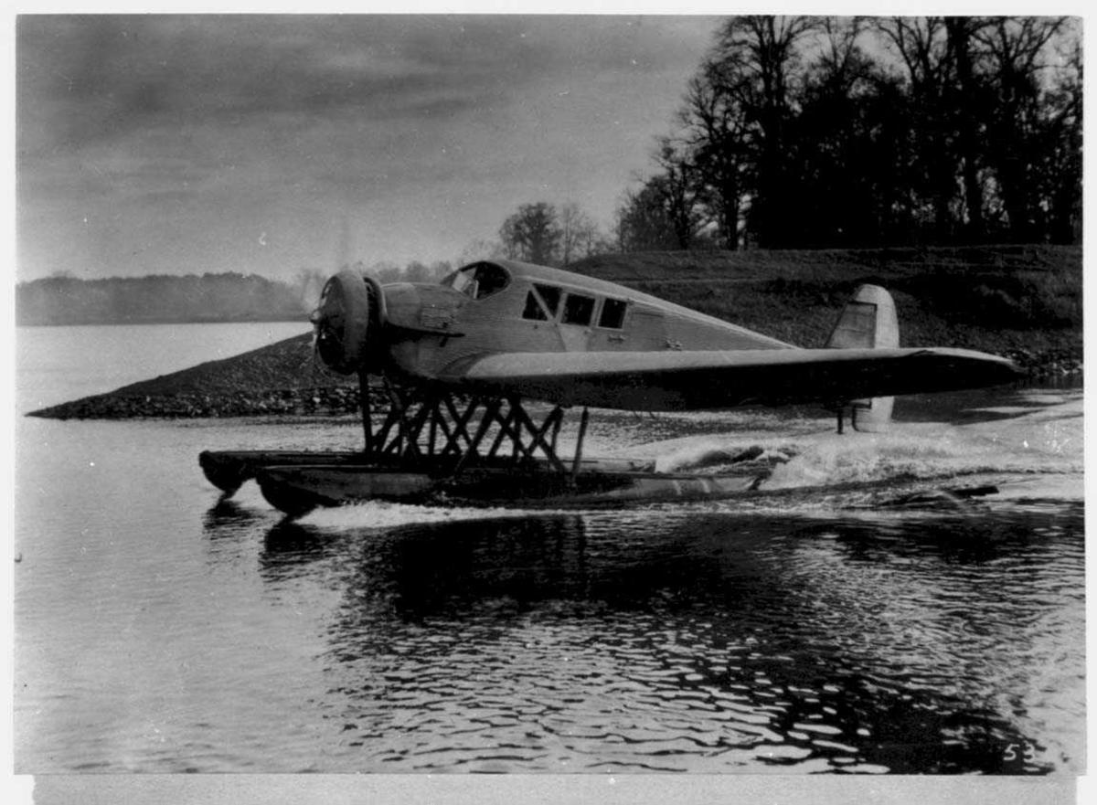 Ett fly i sakte fart på havet. Junkers Ju F13w.