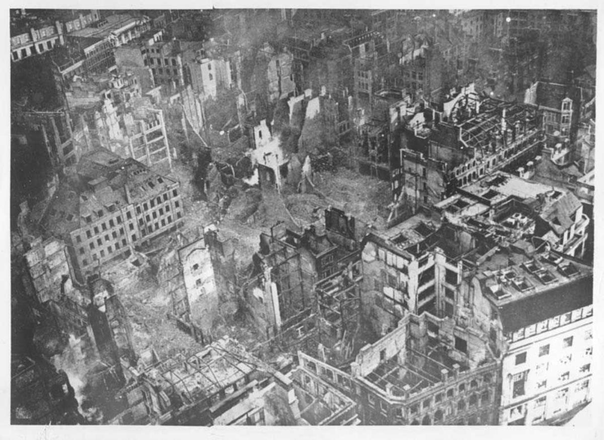 Luftfoto. Byområde som ligger i ruiner etter brannbombing.