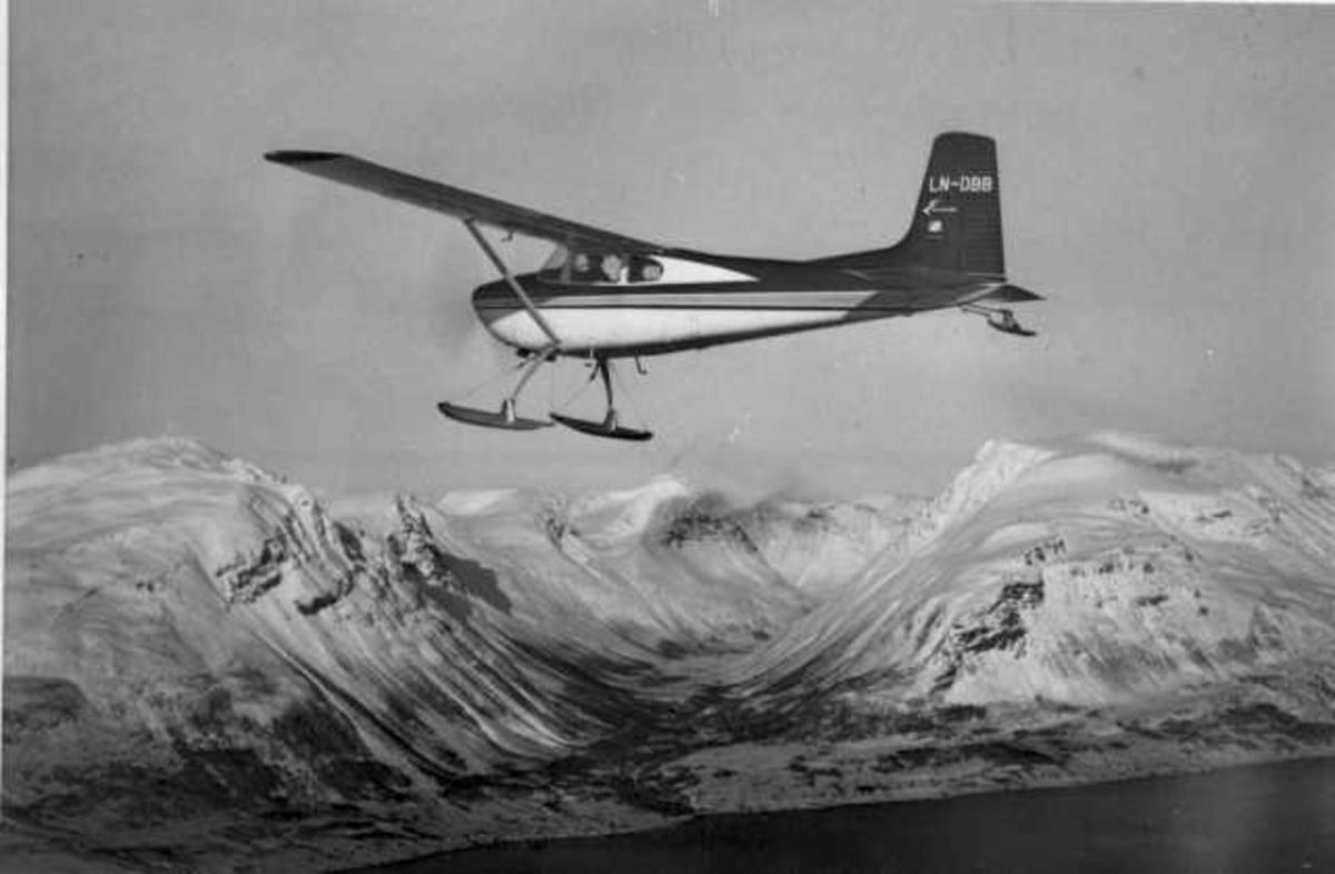 Luftfoto. Ett fly i luften, Cessna 180B, LN-DBB