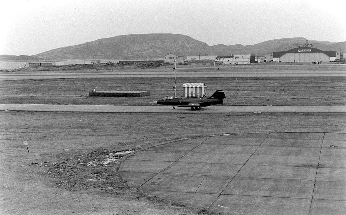 Et jagerfly har landet og taxer inn til parkering.