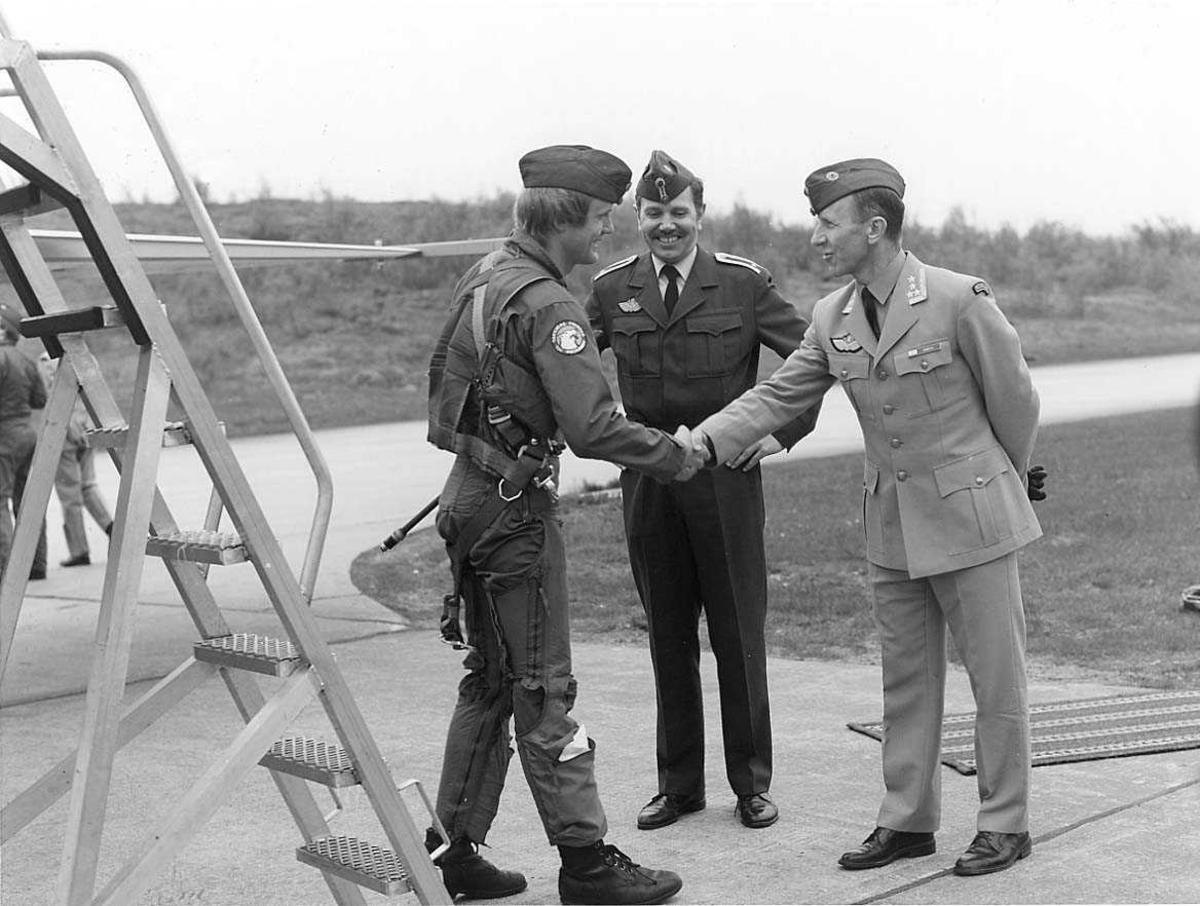 To offiserer som ønsker en jagerflypilot velkommen.