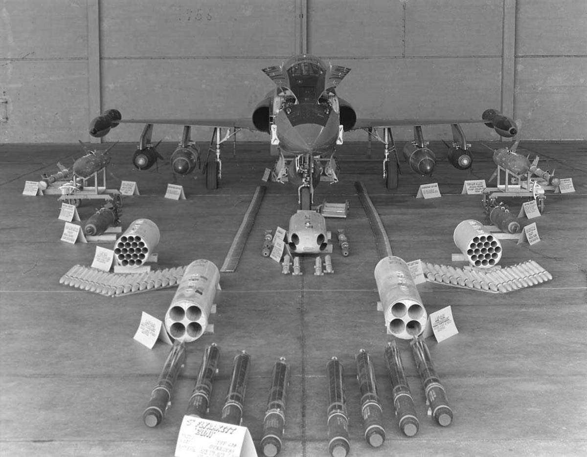 Et fly med full utrustning i en hangar.