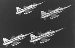 4 fly i luften.