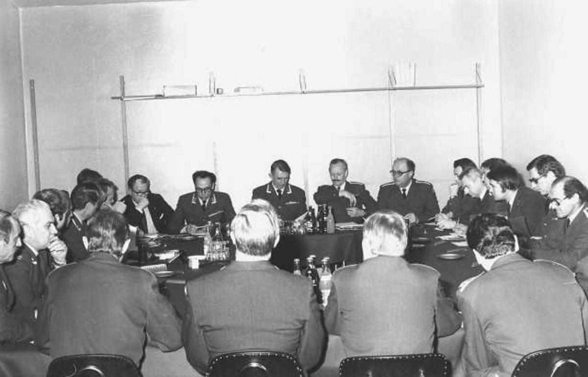 Offiserer samlet rundt et bord.