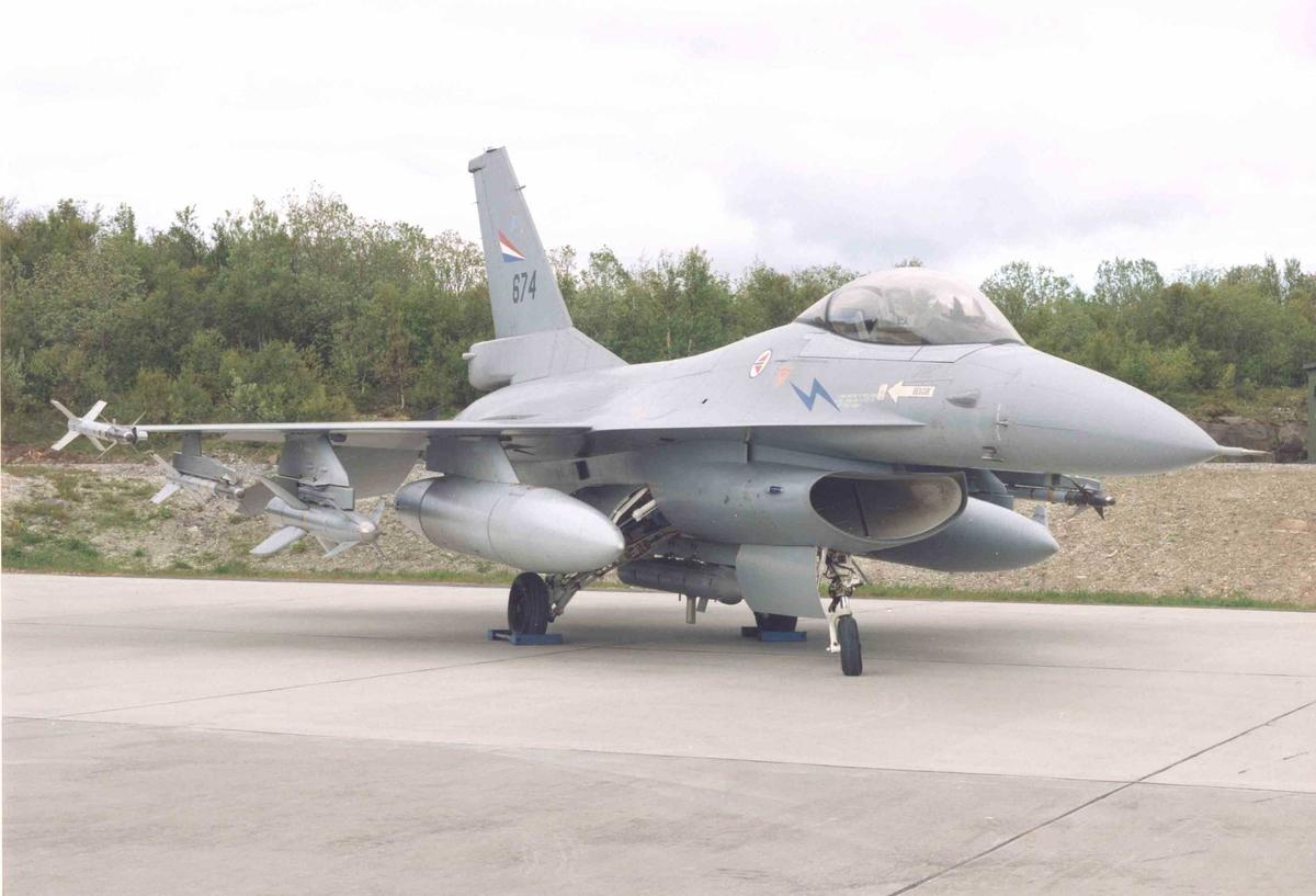 Lufthavn. Ett fly på bakken , F-16 A   331 skv.  674.