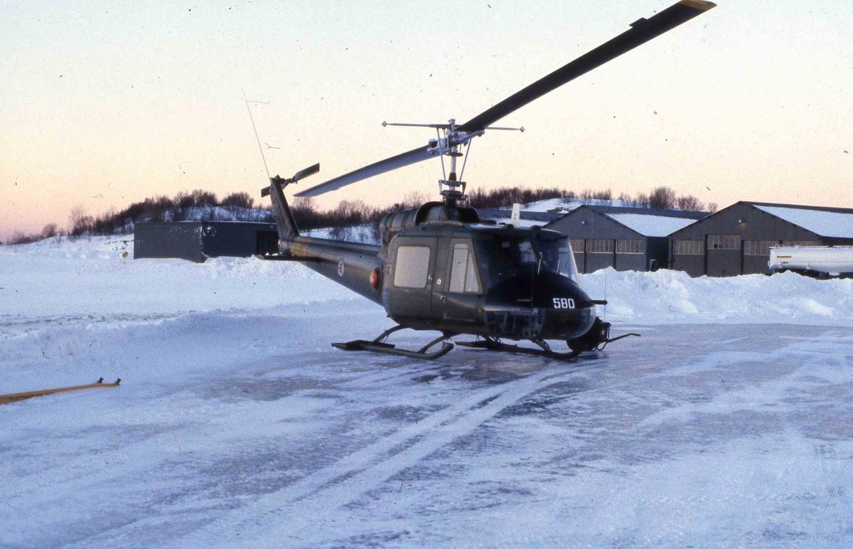 Ett helikopter på bakken ,Bodø.  Bell UH-1B   580.