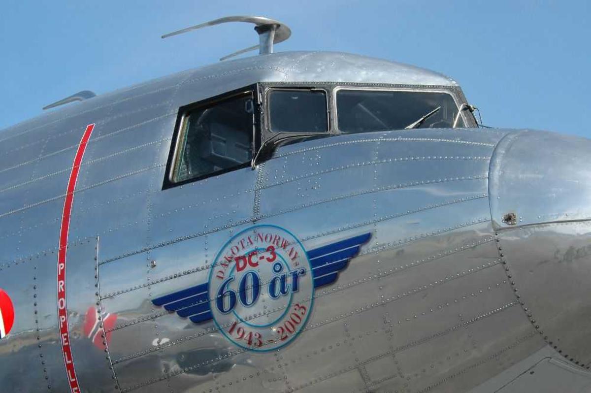 Detaljfoto Cockpit til DC-3, utvendig.