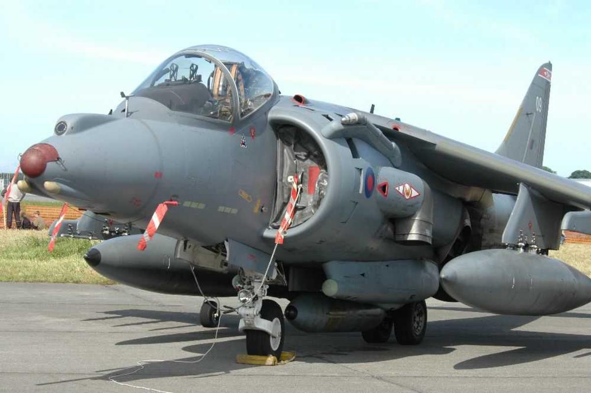 Lufthavn (flyplass) Ett fly på bakken, Hawker Siddeley Harrier.