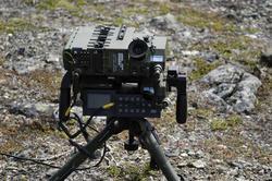 Militært utstyr plassert på stativ (kikkert?)