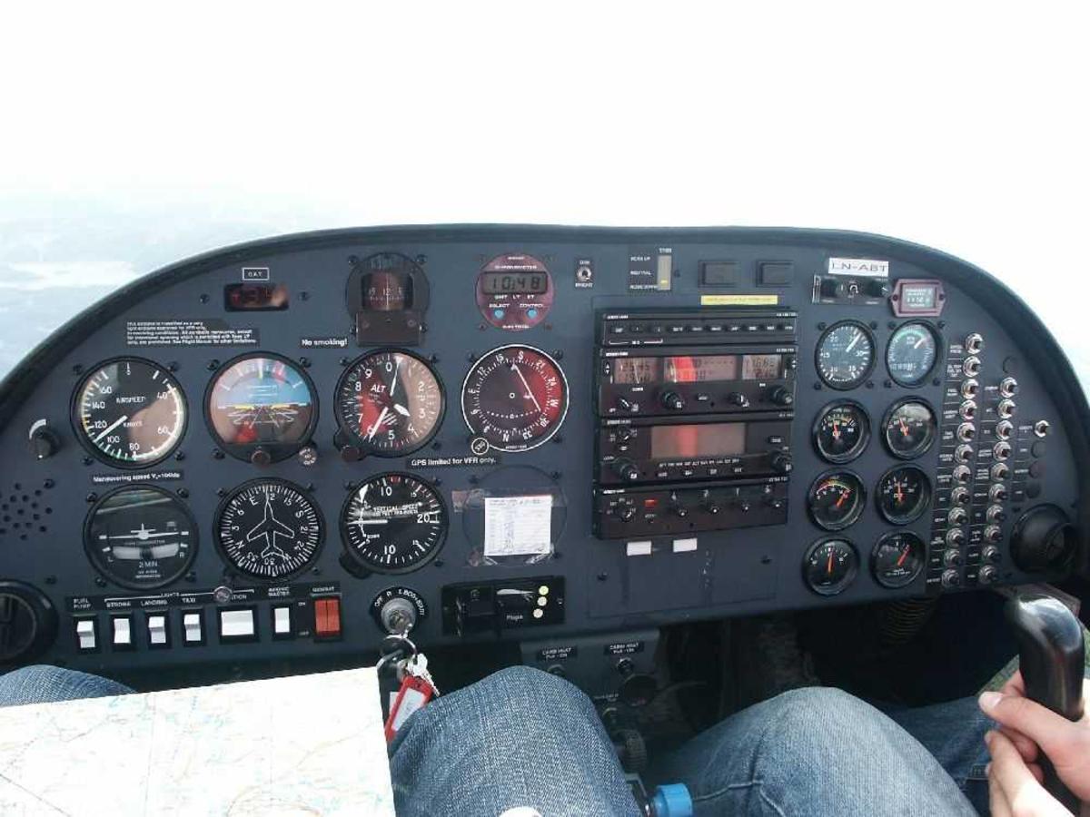 Cockpit med instrumenter.