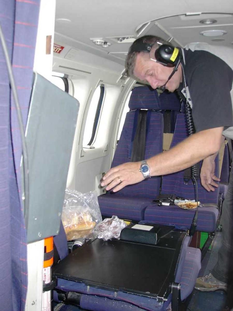 En person inne i flycabin.