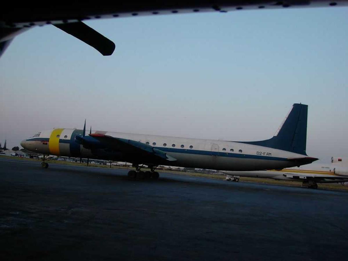 Lufthavn (flyplass). Ett fly på bakken, Ilyushin Il-18V, D2-FAM.