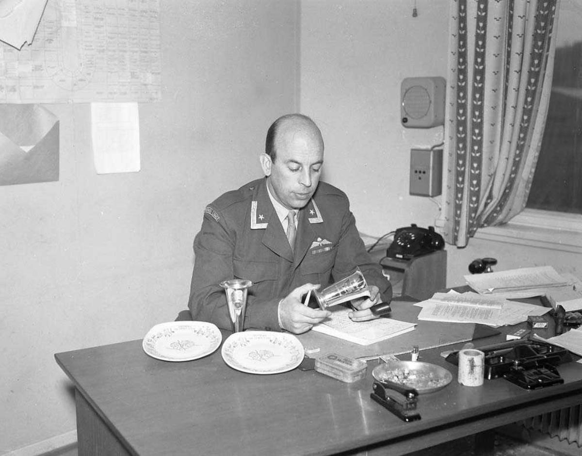 Major Abrahamsen fotografert på sitt kontor.