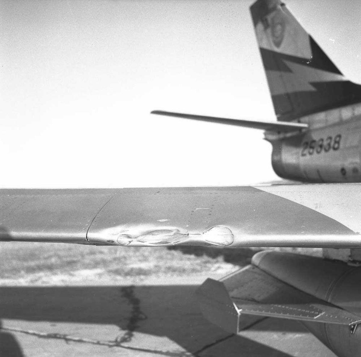 F-86-F Sabre MU-F ser nr. 52-5338, tilhørende 338 skvadron, Ørlandet flystasjon, har havnet utenfor flystripen.