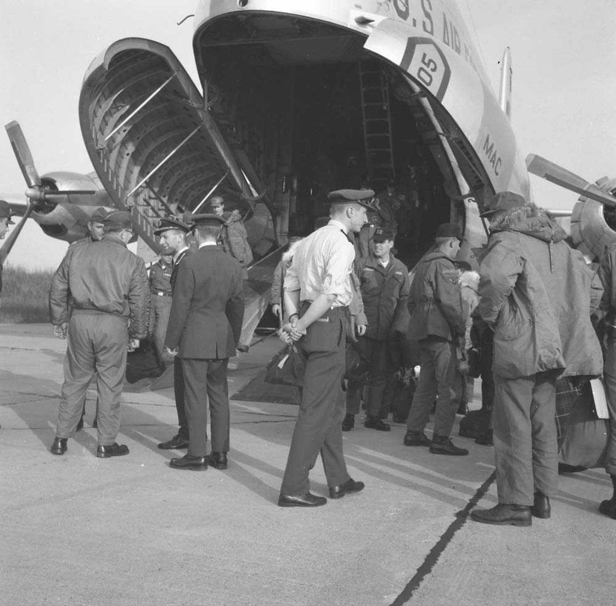 Skvadronsutveksling. 331 skvadron tar imot 53rd Tactical Fighter Squadron, som er ankommet Bodø flystasjon. Normalt varte en skv.utveksling i en uke. Flyet er en Douglas C-124 Globemaster II.