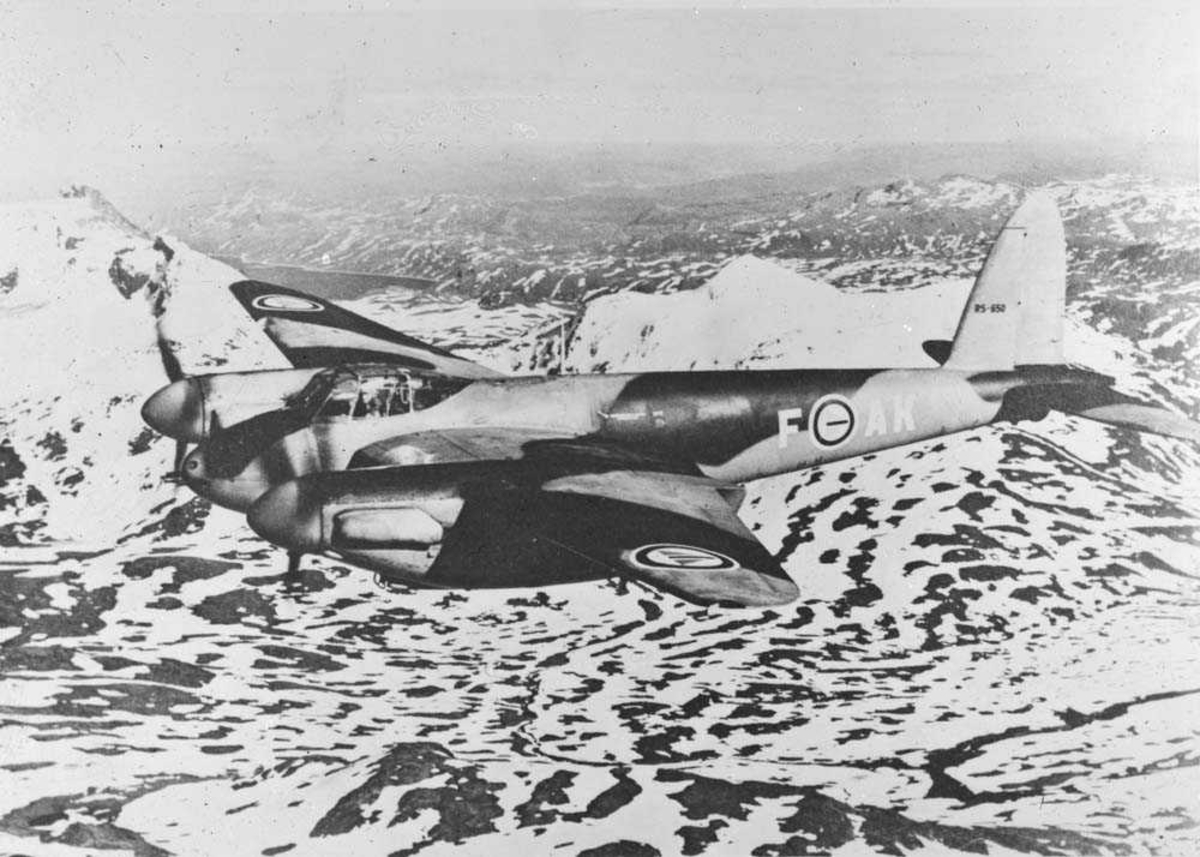 DeHavilland Fb.Mk.VI Mosquito, med kjennetegn AK-F, i luften et sted i Norge.