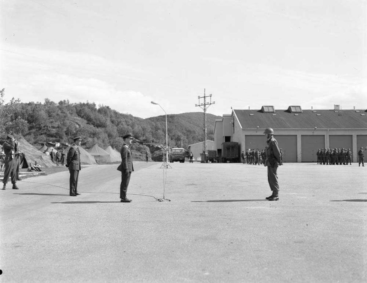 Oppstilling i Bodin leir ifm øvelse Barbara 8. Av de 3 offiserene som er med på oppstillingen sees fra høyre i bildet: Nr. 2 er Generalmajor N. Arveschaug og bak ham sees Oberst K. Bjørge-Hansen.