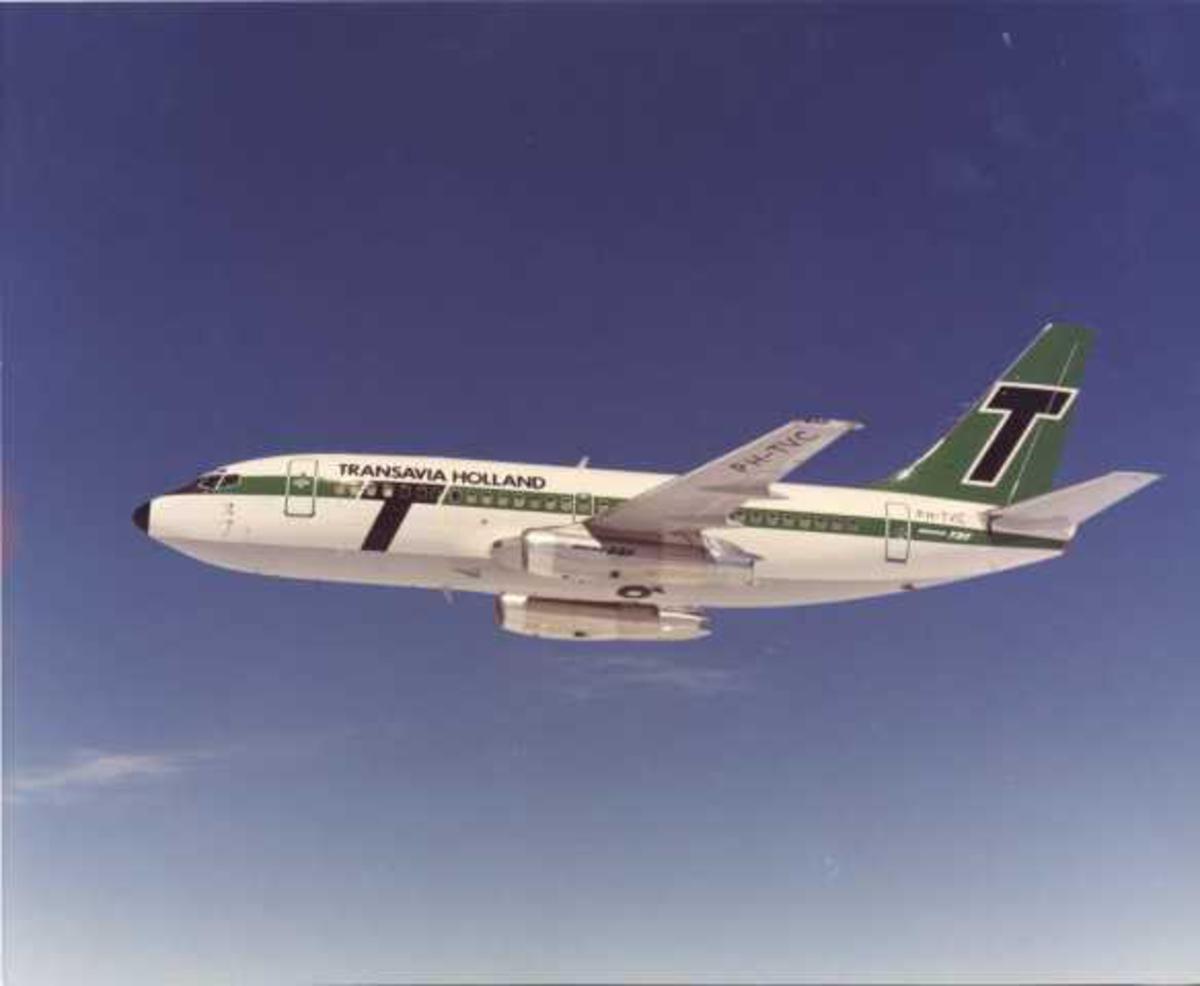 Luftfoto. Ett fly i luften. Boeing 737-2K2C PH-TVC