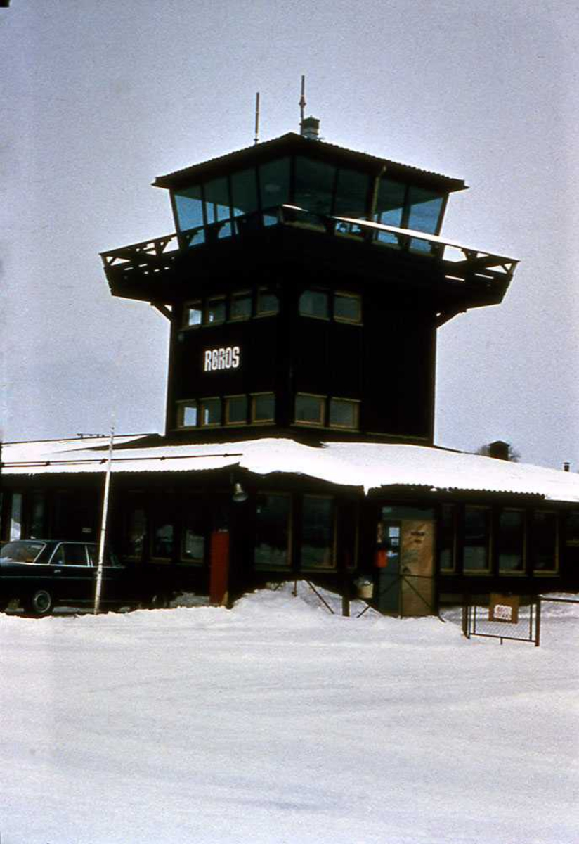 Røros lufthavn med kontrolltårn. Vinter