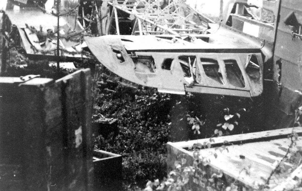 Detaljfoto av sideror på et havarert/ødelagt fly, Hawker Hurricane.