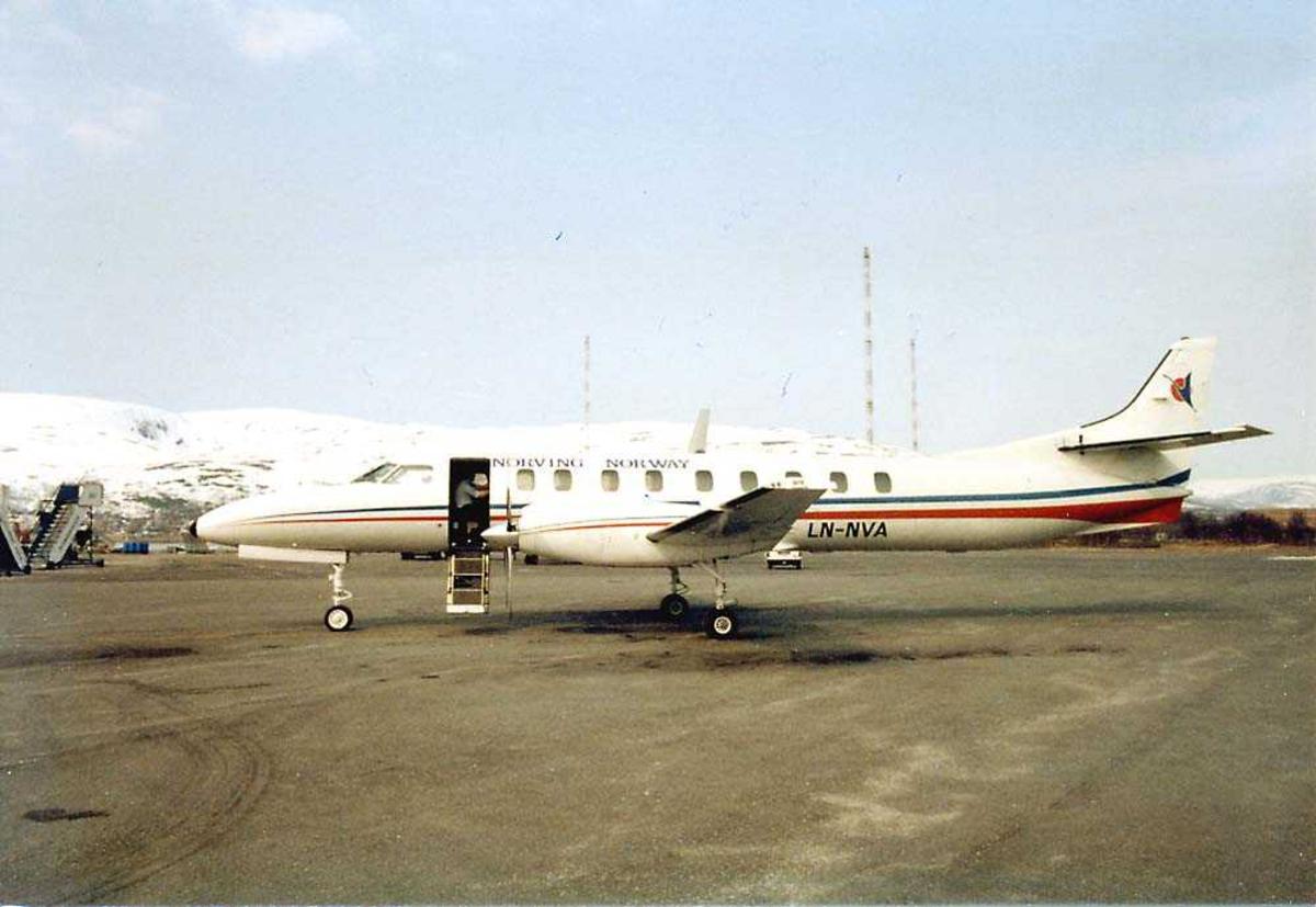 Lufthavn. Ett fly på bakken, Fairchild-Swearingen Metro III LN-NVA fra Norving. Fjell i bakgrunnen.