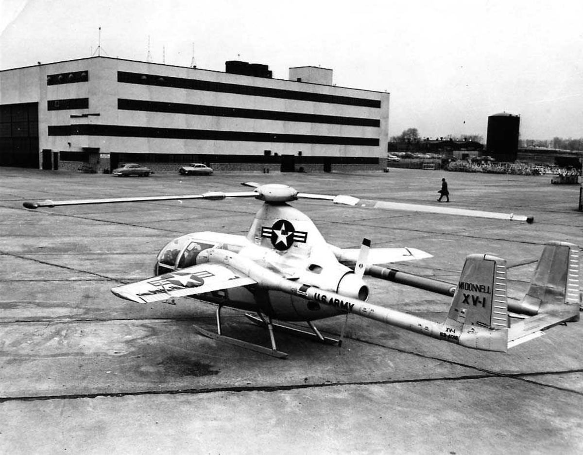 Lufthavn. Ett fly på bakken, McDonnell XV-1 Convertiplane. Bygninger i bakgrunnen.