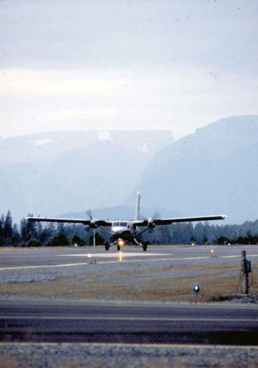 Lufthavn/Flyplass. Sandane. Ett fly, DHC-6-300 Twin Otter fra Widerøe.