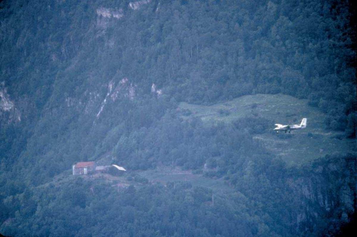 Luftfoto. Ett fly, DHC-6-300 Twin Otter fra Widerøe.