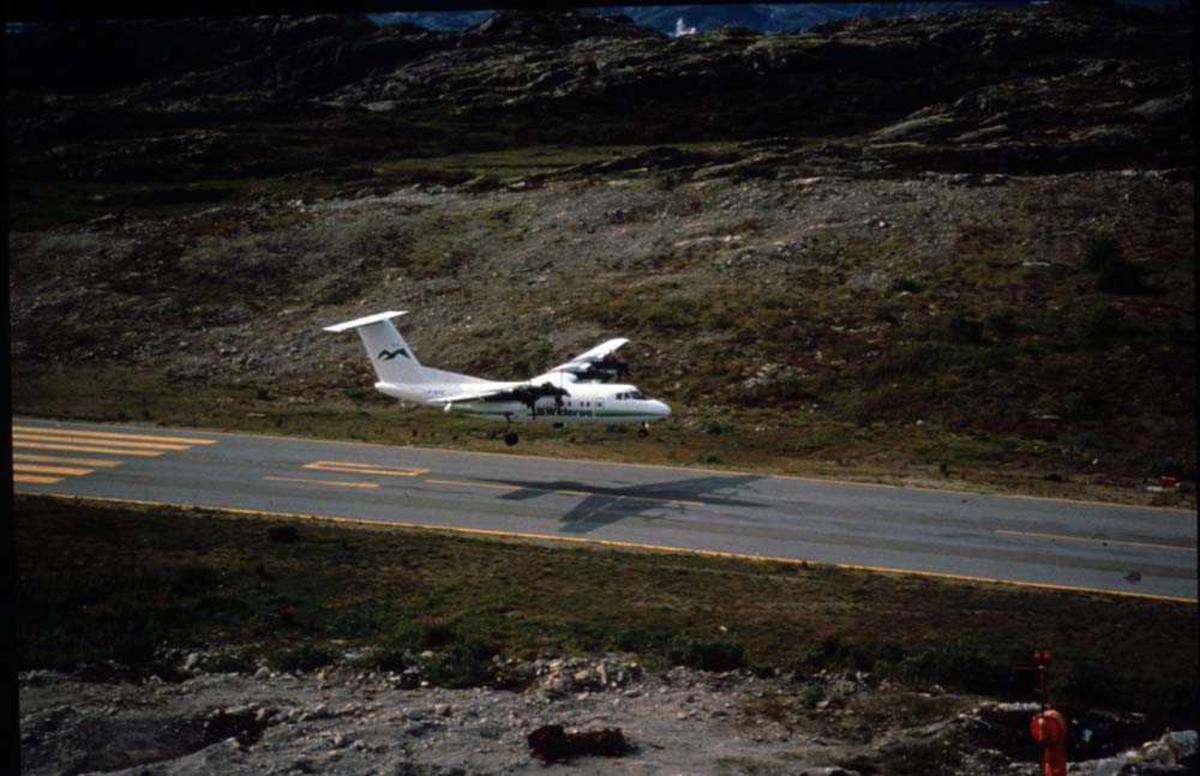 Luftfoto. Svolvær Lufthavn/Helle. Ett fly, LN-WFG, DHC-7-102  DASH 7 lander Runway 01.