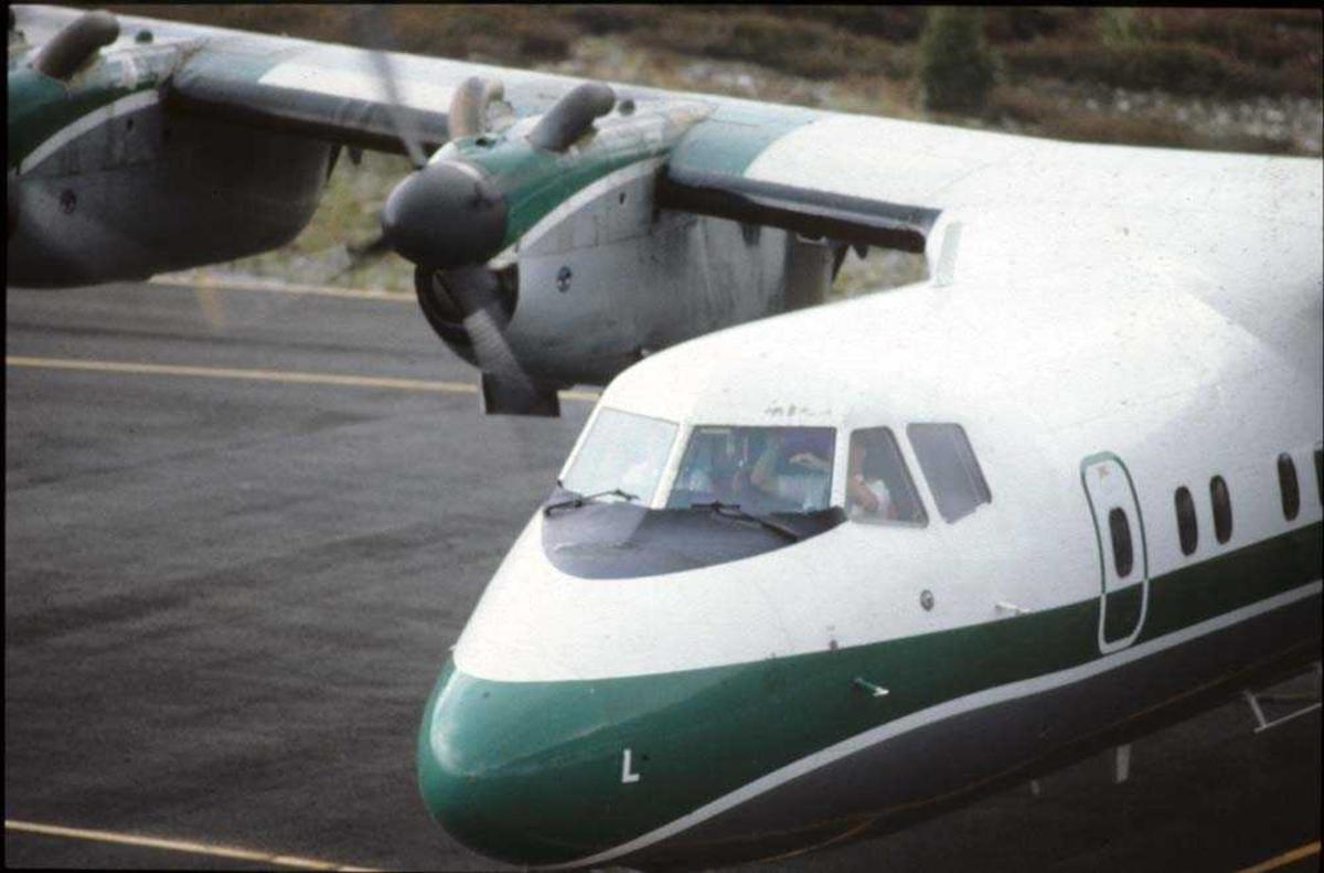 Lufthavn/flyplass. Florø. Ett fly, LN-WFL, De Havilland Canada DHC-7-102 Dash7 fra Widerøe.
