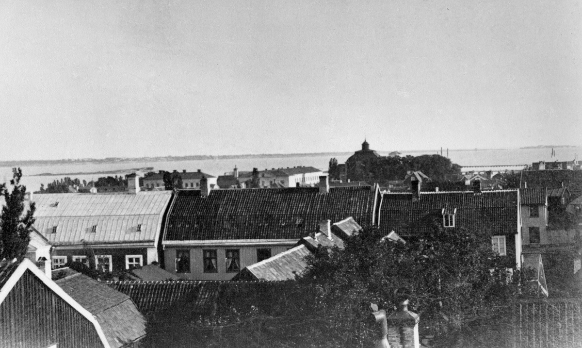 Övrigt: Utsikt åt söder Amiralitetskyrkan. Flottan sjukhus och husen på kyrkogatan längst bort till höger Kungsholmsfort.
