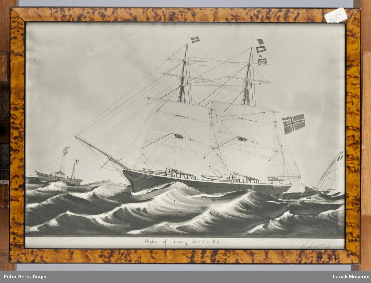Alpha av Larvik i åpen sjø, med fyrskip i bakgrunnen