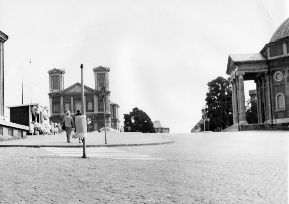 Övrigt: Fredrikskyrkan rakt fram trefaldighetskyrkan vid höger sida i Karlskrona ca 1950-framåt