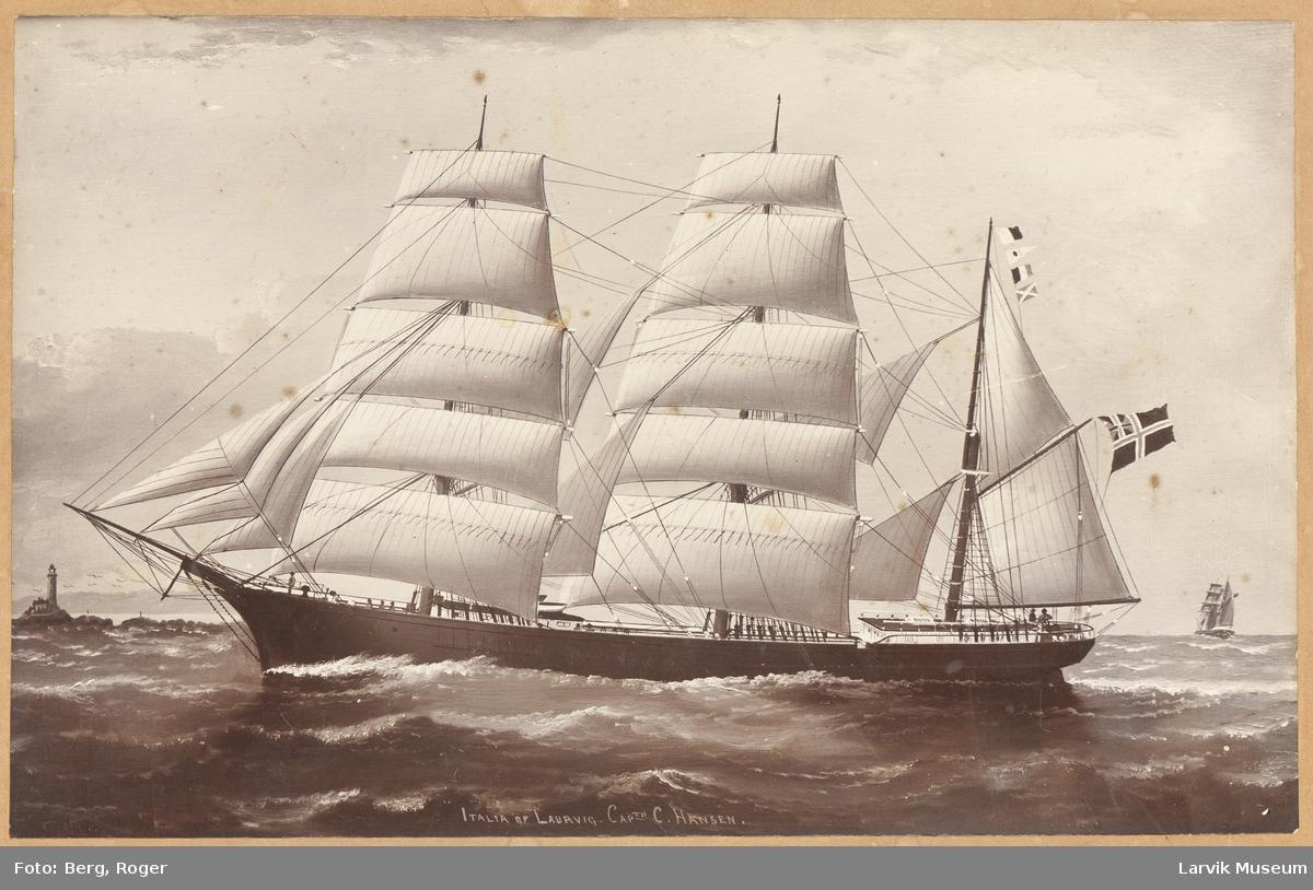 "Barken ""Italia af Laurvik"" med fulle seil. Fyr i bakgrunnen."