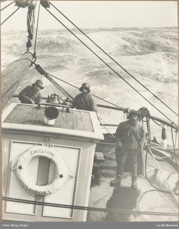 "Larvikskipet ""Excelcior"" in the Roaring Fourty (40 grader syd). Mannskap på tre fotografert akterut i uværet."