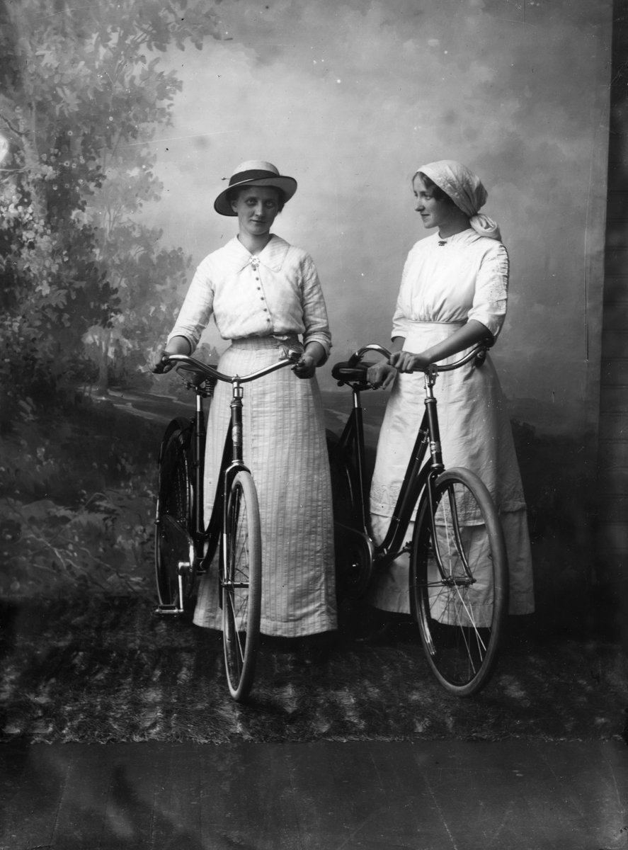 Martha Marie og Thora Alme med sykler
