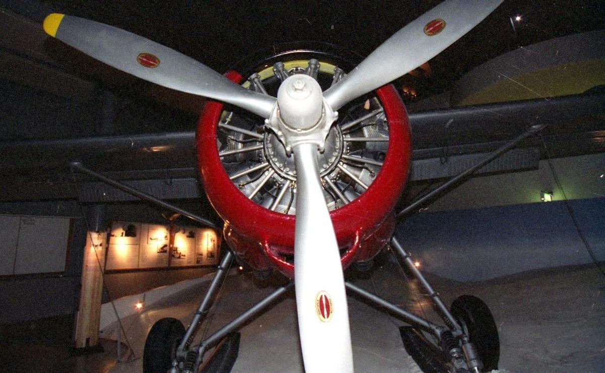Ett fly: De Havilland DHC-3. Bildet tatt forfra viser propell og stjernemotor. Tatt innendørs.