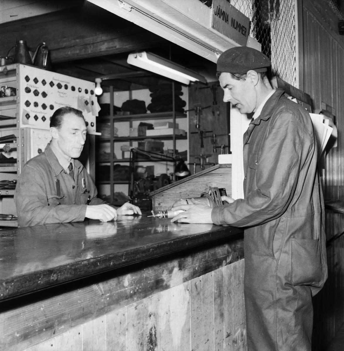 Övrigt: Foto datum: 27/2 1957 Byggnader och kranar Torpedverkstan interiör personaltidning