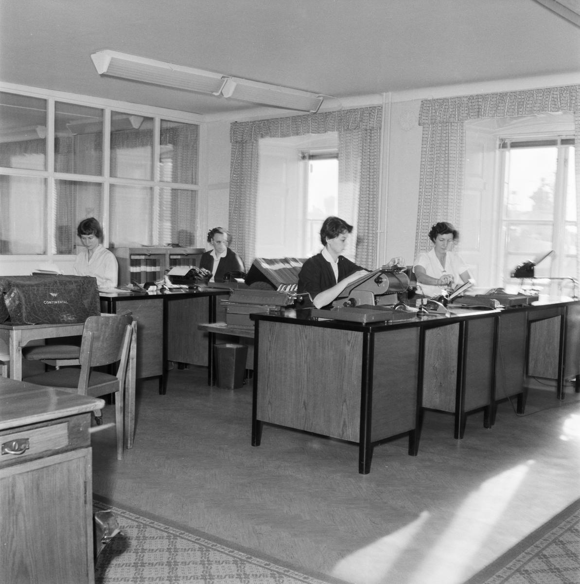 Övrigt: Foto datum: 8/11 1957 Byggnader och kranar Bokföringskontoret. Närmast identisk bild: V14258, ej skannad