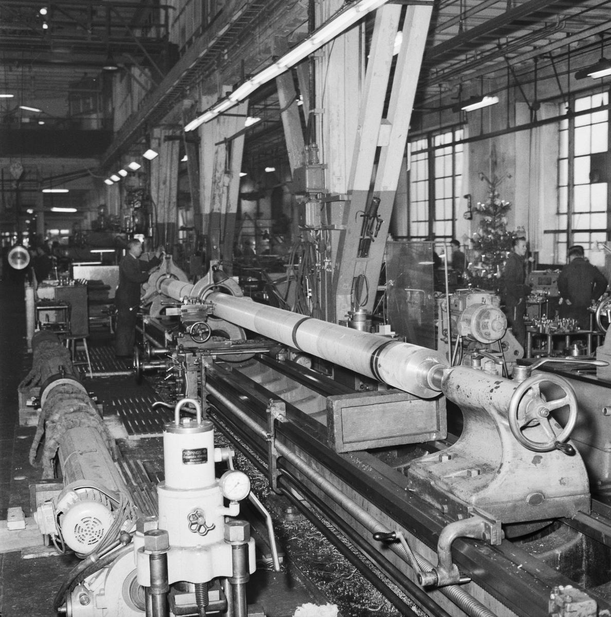 Övrigt: Foto datum: 8/1 1958 Byggnader och kranar Maskiner i arbete maskverkstan. Närmast identisk bild: V14337, ej skannad