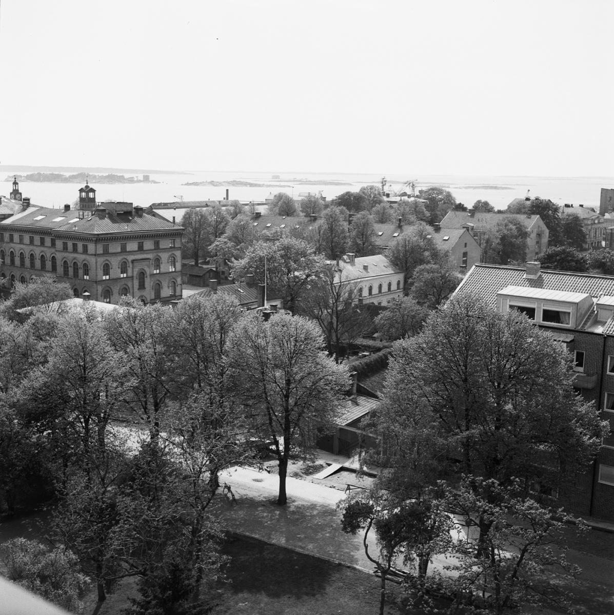 Övrigt: Fotodatum:4/9 1958 Byggnader och Kranar. Närmast identisk bild: V16120, ej skannad. Vyer från klockstapeln