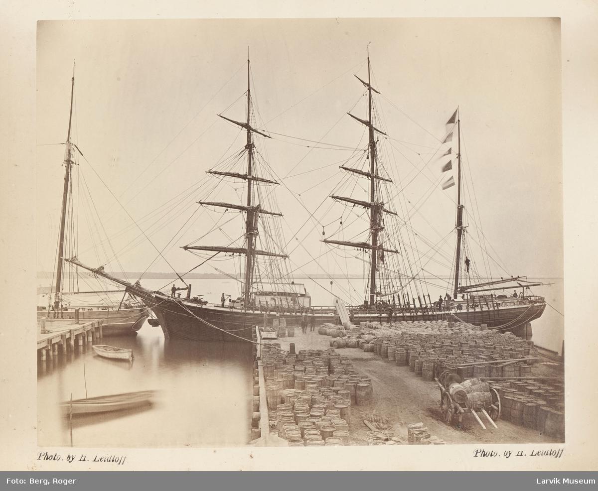 Ukjent seilskute ved kai under lasting (lossing?) av store tønner. Hest og kjerre under i arbeid.