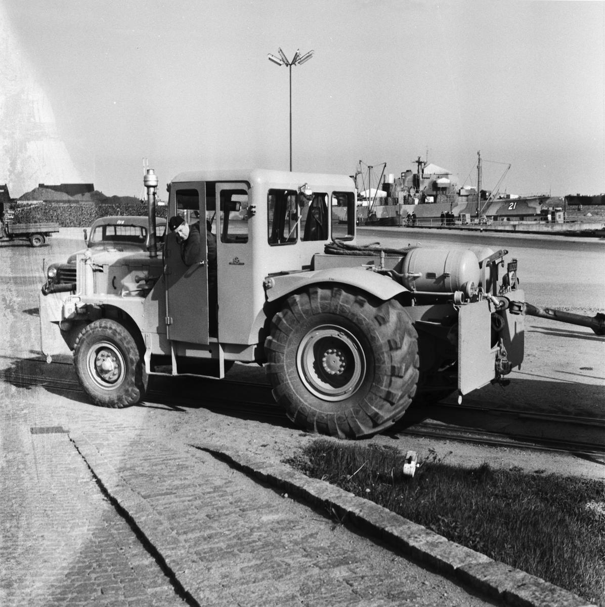 Övrigt: Foto datum: 16/5 1961 Byggnader och kranar Järnvägstraktor