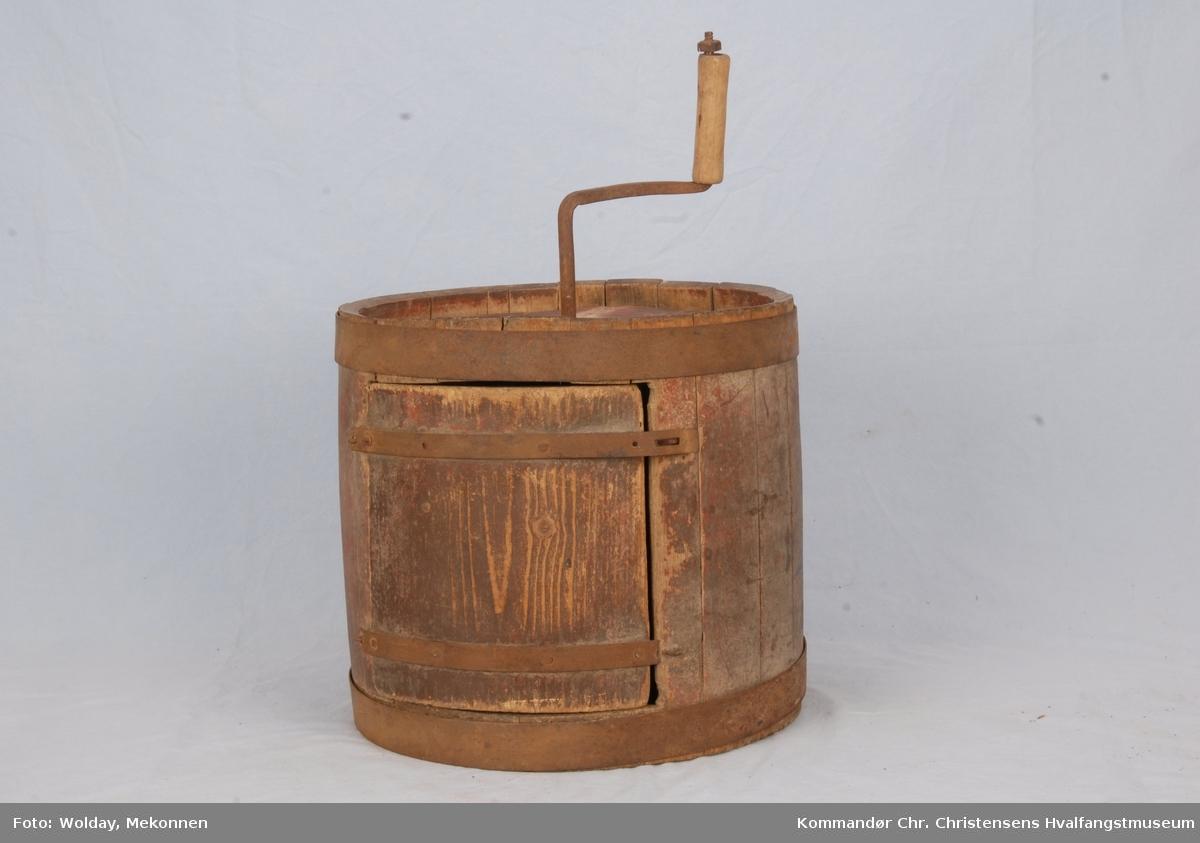 Form: Tønneformet. Lagget, eikestaver, lokk og skovl av gran. Jernbånd, jernsveiv