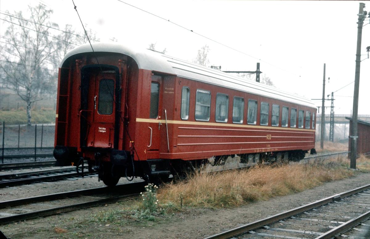 Vogn litra B3 bygget ved Strømmens verksted. Nylig levert fra fabrikken, og skiftet inn på sporene til NSB på Strømmen stasjon. Dette er en av de aller siste vogner av denne typen som ble bygget.