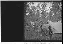 Speiderleir. Speidere utenfor et telt.